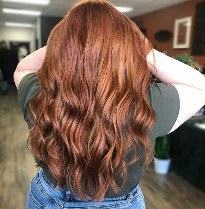 chica con cabello teñido en castaño con rojizo ;13 Pruebas de que el tinte 'sunset copper' es la nueva tendencia