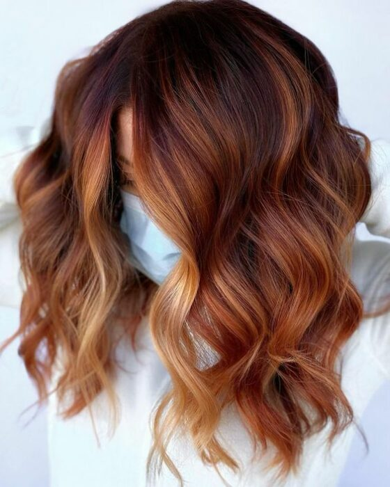 chica con ondas y melena teñida en cobrizo ;13 Pruebas de que el tinte 'sunset copper' es la nueva tendencia