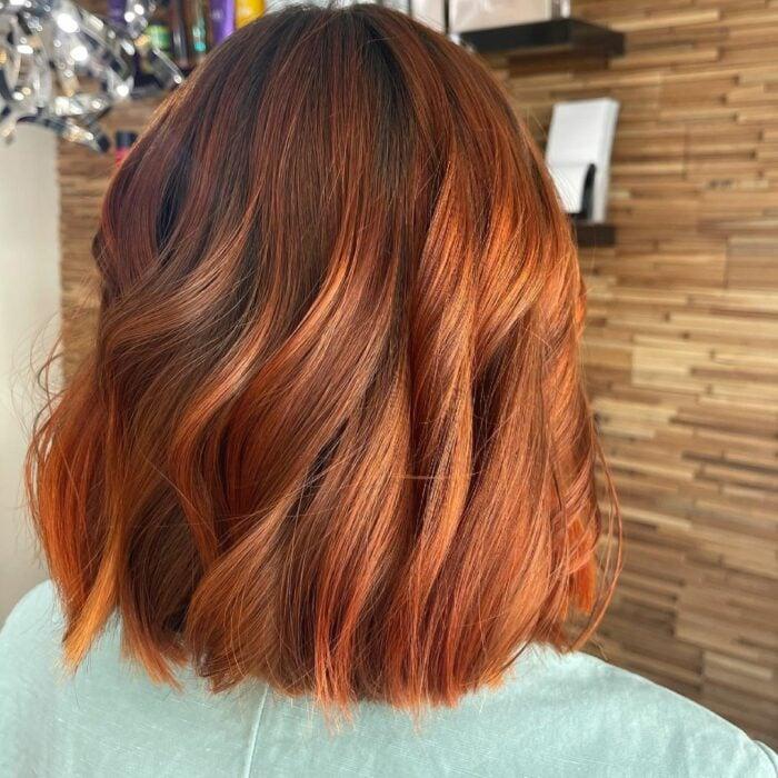 chica con cabello corto teñido en rojizo ;13 Pruebas de que el tinte 'sunset copper' es la nueva tendencia