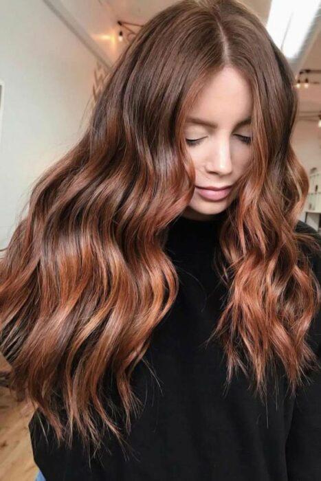 chica con cabello teñido en luces sunset copper ;13 Pruebas de que el tinte 'sunset copper' es la nueva tendencia