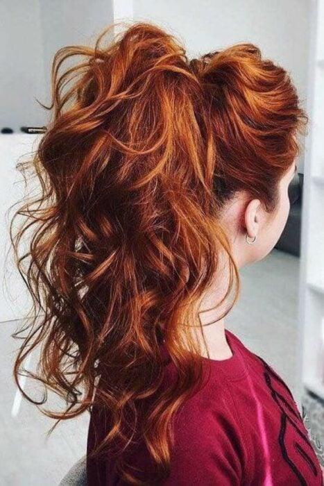 Chica con cabello de coleta y ondulados ;13 Pruebas de que el tinte 'sunset copper' es la nueva tendencia