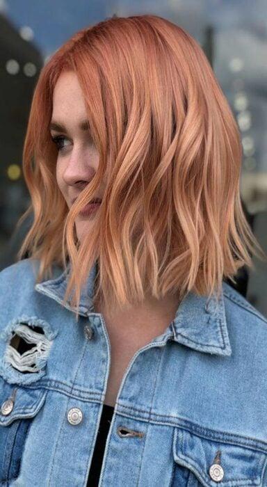 chica con cabello teñido en tono rosa rojizo ;13 Pruebas de que el tinte 'sunset copper' es la nueva tendencia
