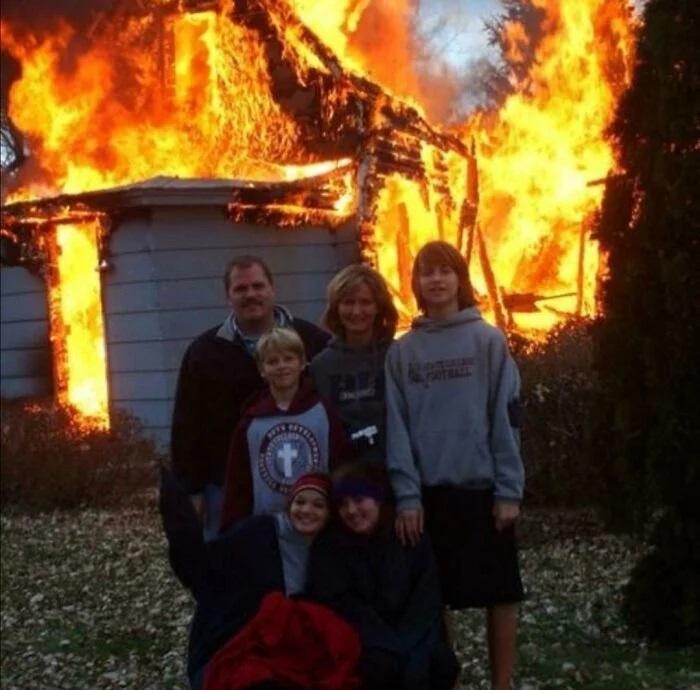 Familia frente a un incendio ;15 Personas que mantuvieron la calma en momentos críticos
