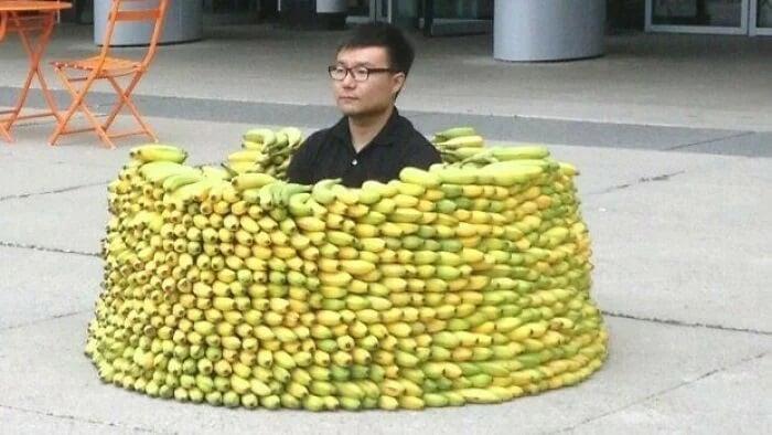 hombre dentro de un círculo con bananas ;15 Personas que mantuvieron la calma en momentos críticos