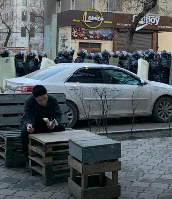 Hombre comiendo en una banca ;15 Personas que mantuvieron la calma en momentos críticos