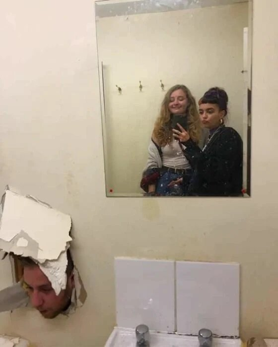 amigas frente a un espejo ;15 Personas que mantuvieron la calma en momentos críticos