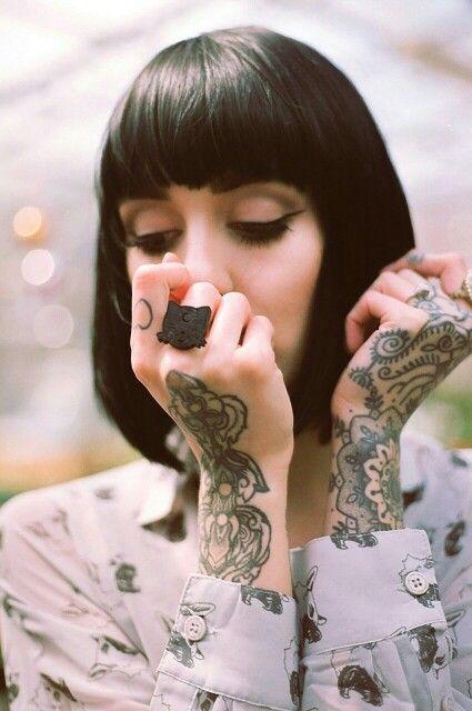 chic amostrando los tatuajes de sus brazos; 4 Tips para cuidar tus tatuajes y no sufrir en el intento