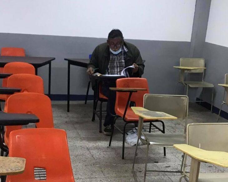 Abuelito haciendo un examen de admisión para la facultad de derecho
