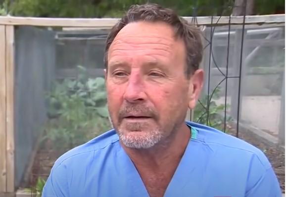 Hombre que casi fue tragado por una ballena siendo entrevistado