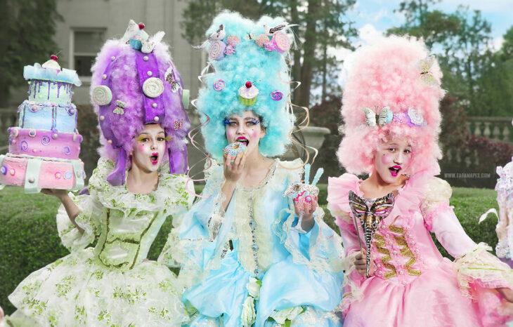 Chicas en una sesión de fotos vestidas como María Antonieta