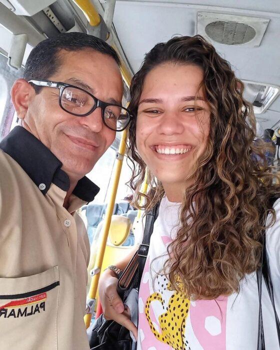 chica junto a un chofer de autobús ;Chofer de un autobus traslada gratis a una chica porque no tenía dinero e iba a una entrevista de trabajo