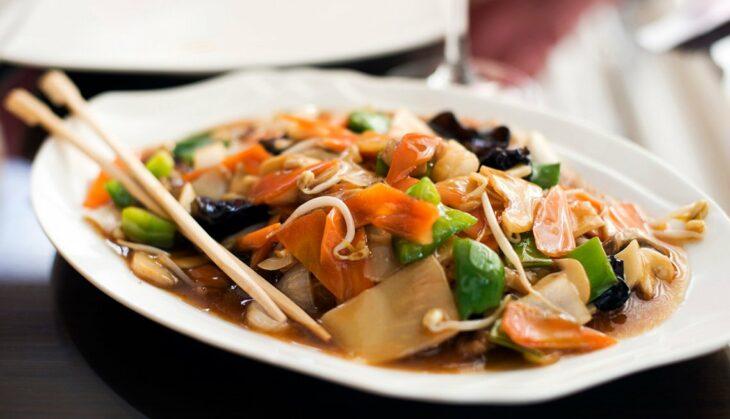 Comida china con salsa