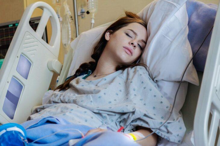 Chica embarazada recostada en una cama