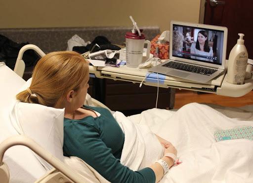 Mujer en el hospital haciendo una videollamada