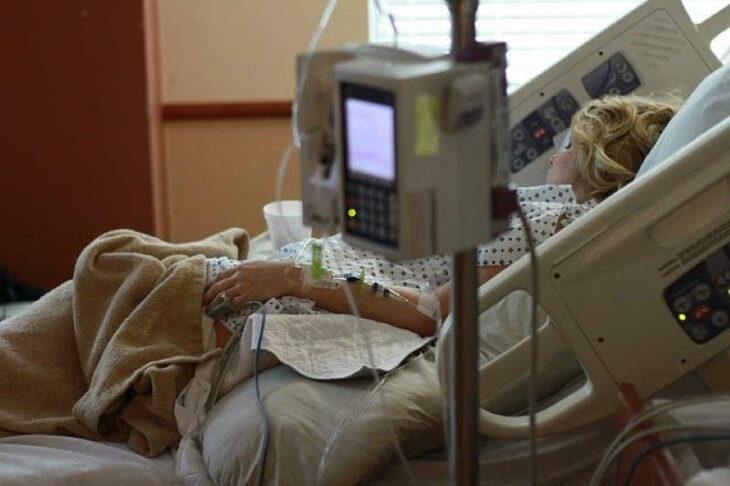 Mujer recuperándose después de una cesarea