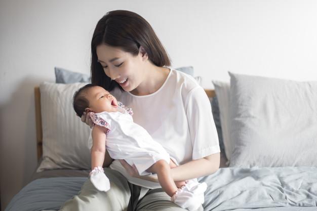 Mujer sosteniendo a su bebé en brazos