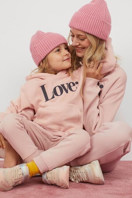 Mamá e hija vestidas igual