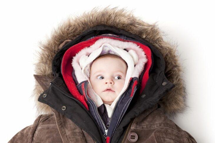 Bebé con varias capas de ropa