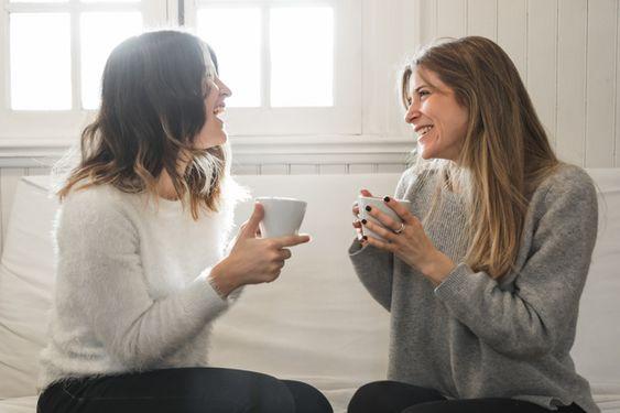Mujeres conversando mientras toman café