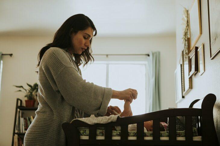 Mujer cambiando el pañal de su bebé