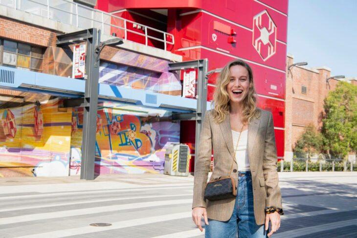 Brie Larson ;¡Por fin! Disneyland abre las puertas de Avengers Campus y ya estamos haciendo las maletas para visitarlo
