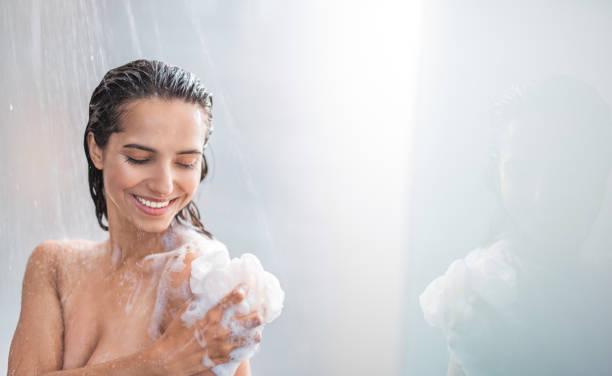 Chica tomando una ducha por la mañana