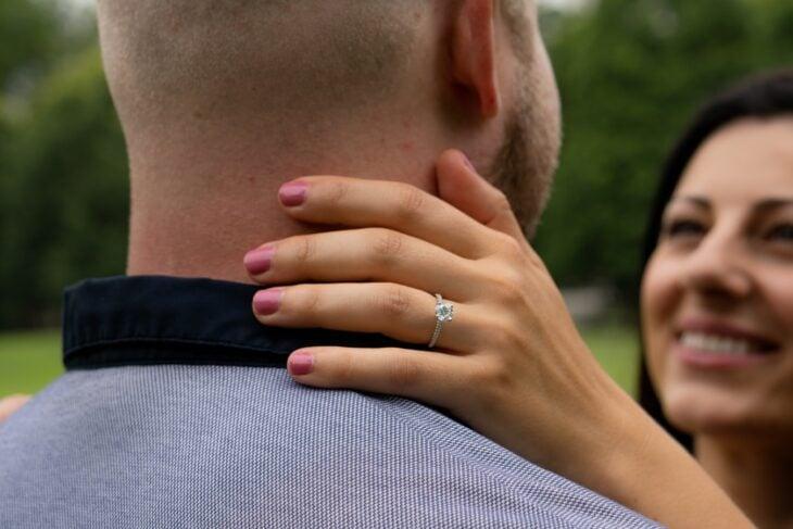 Pareja mostrando su anillo de compromiso; Entre más caro sea el anillo de compromiso más rápido llegará el divorcio estudio
