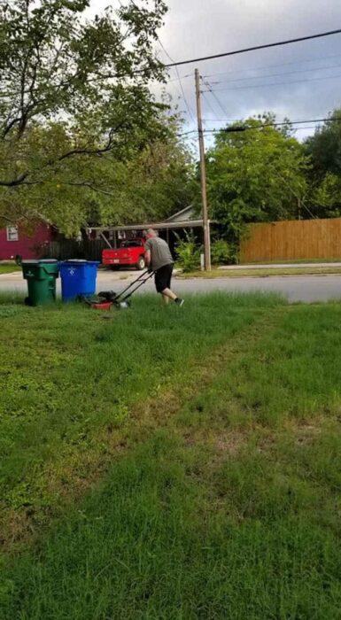Hombre podando el césped; Este es mi papá, podando el césped de mi madre. Llevan 28 años divorciados