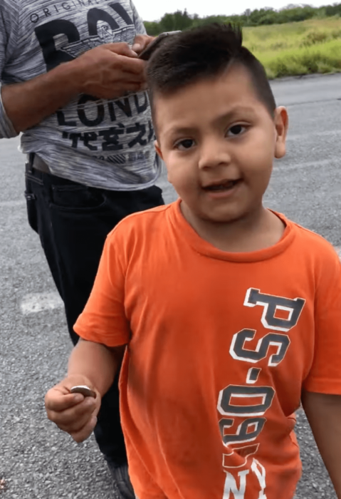 Niño comprando naranjas en plena volcadura
