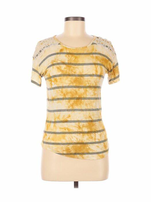camiseta de líneas con mostaza