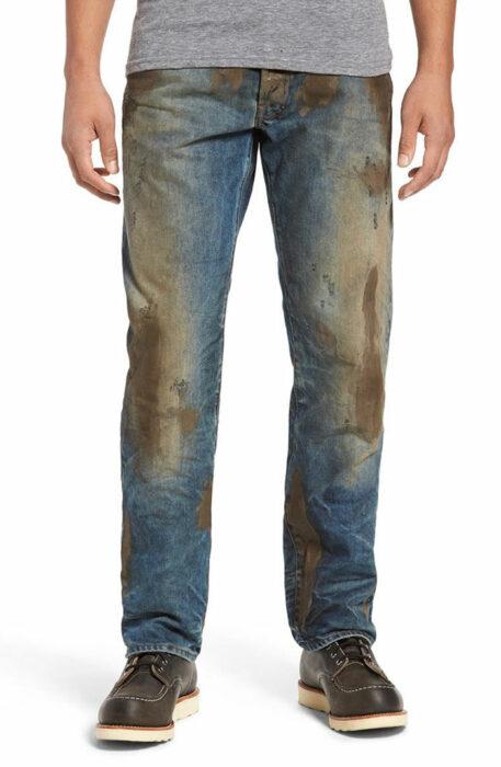 Pantalones de hombre llenos de lodo