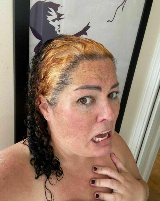 señora con cabello decolorado ;14 Fails de tintes caseros que te harán valorar tu hermosa melena