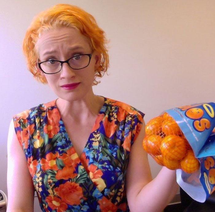 chica con cabello teñido como naranja ;14 Fails de tintes caseros que te harán valorar tu hermosa melena