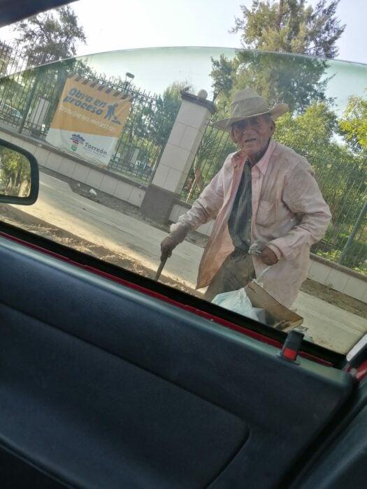 Abuelito caminando en la calle; Familia adopta a abuelito de 108 años que vivía solo bajo un árbol