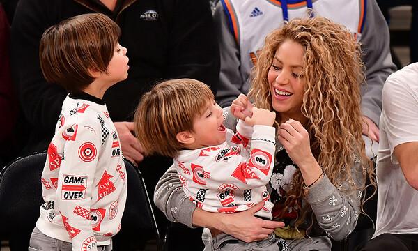 Shakira jugando con sus hijos durante un partido de bascket ball