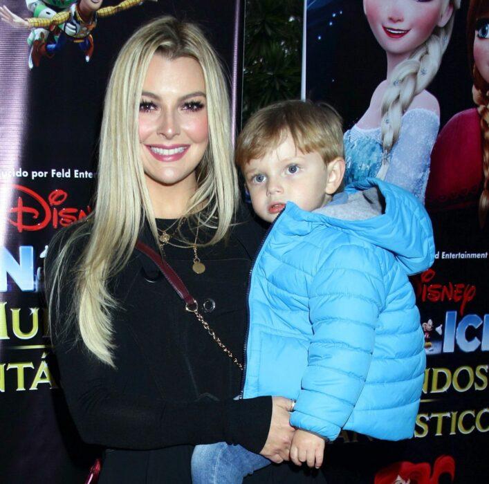 Marjorie de Sousa sosteniendo a su hijo en brazos