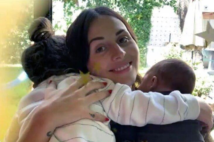 Zuria Vega sosteniendo a sus hijos en brazos
