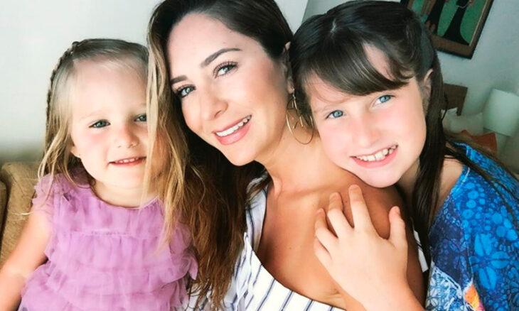 Geraldine Bazan posando para una foto junto a sus hijas