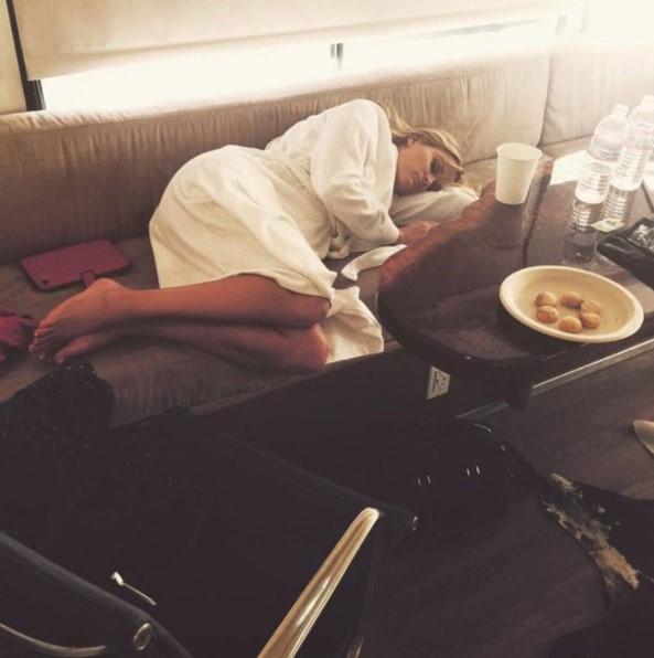 Reese Whiterspoon recostada en un sofá