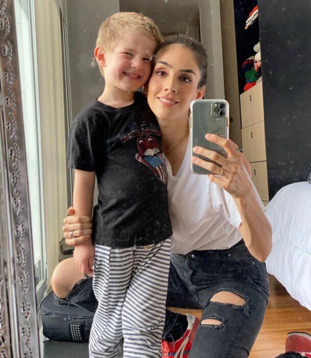 Sandra Echeverría posando para una selfie junto a su hijo