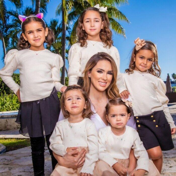 Jacquelin Bracamontes posando para una foto junto a sus hijas