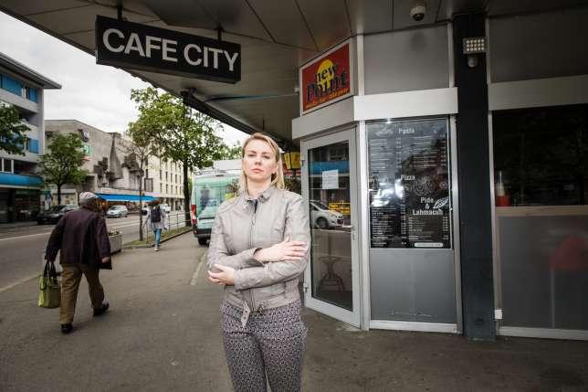 Mujer frente a una cafetería ;Fue por una taza de café y por un descuido terminó pagando casi 8 mil dólares