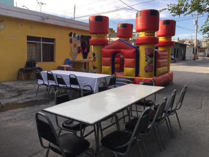 Fiesta infantil con inflables y mesas