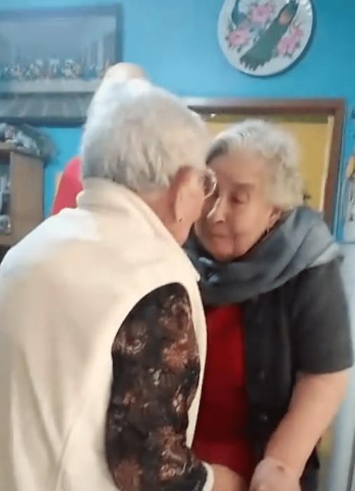 Hermanas de 90 años de edad se reencuentran tras un año si