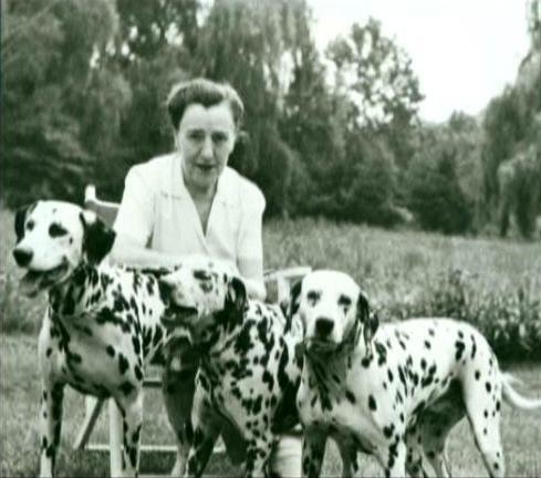 Dodie Smith sosteniendo a sus perros