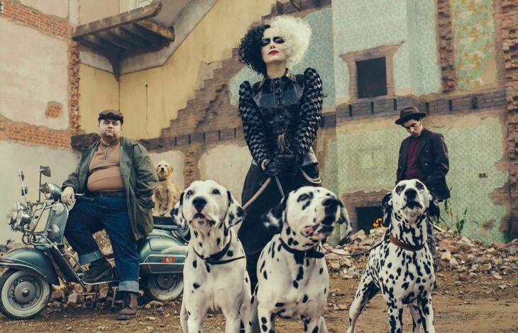 Cruella de Vil sosteniendo a sus perros