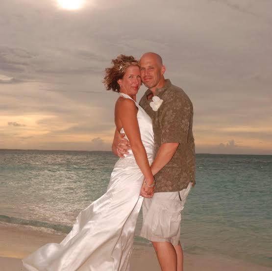 Pareja de recién casados ;Hombre con Alzheimer se casa con su esposa de nuevo; no recordaba sus 12 años de matrimonio