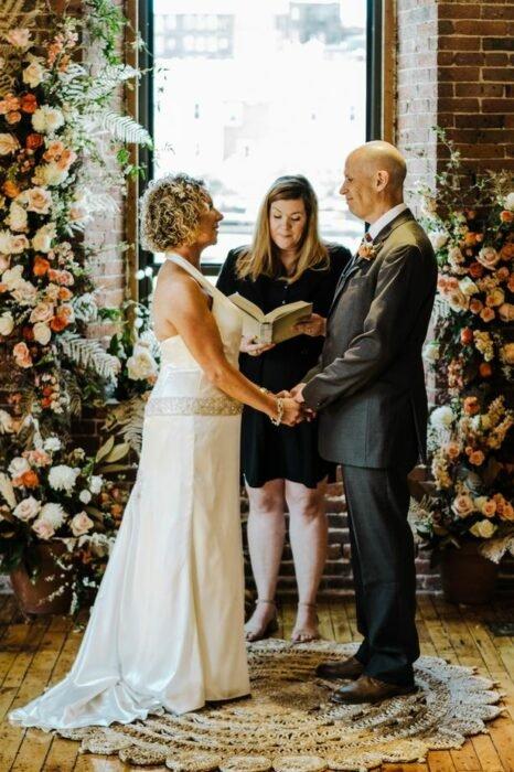 Pareja frente al altar; Hombre con Alzheimer se casa con su esposa de nuevo; no recordaba sus 12 años de matrimonio