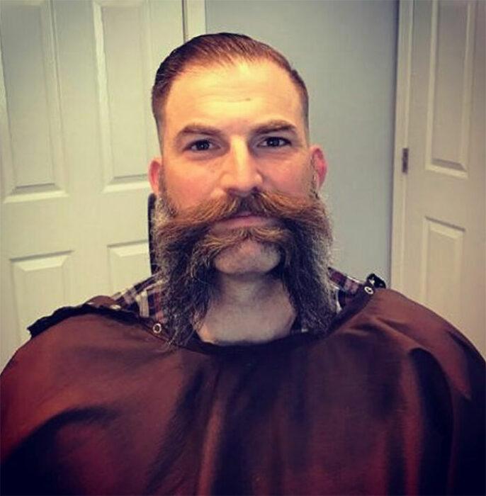 Hombres usando doble bigote en el rostro mientras lo peinan con gracia
