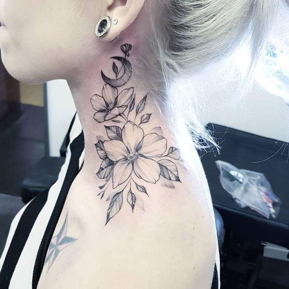 Chica con un tatuaje en el cuello